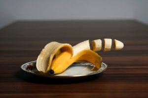 Banane in Stücke geschitten