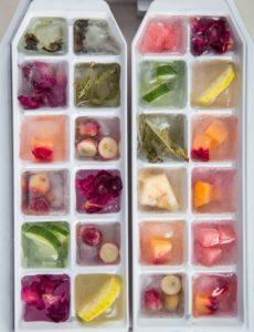 Eiswürfelform mit Obststücken