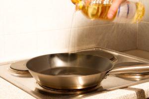 Olivenöl in Pfanne für leckeres Hundefutter